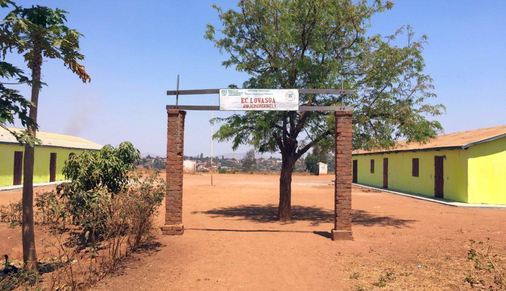 Der Eingang zur Schule Lovasoa